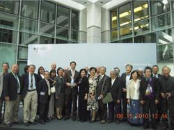 Bác sĩ Philipp Rösler chụp với cộng đồng người Việt. Hình do TTV Tường An gởi cho RFA.