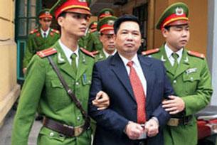 Công an áp giải TS Cù Huy Hà Vũ đến tòa án nhân dân thành phố Hà Nội sáng ngày 4-4-2011. AFP