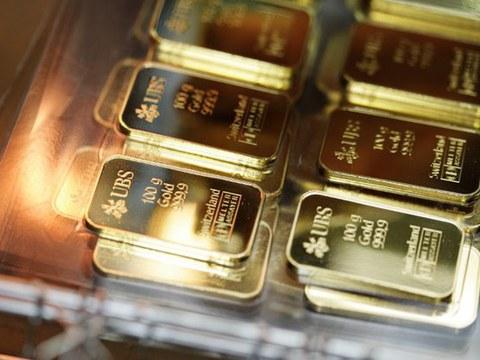 Ảnh minh họa. Những thanh vàng 100g được khắc logo và tên của ngân hàng Thụy Sĩ UBS.