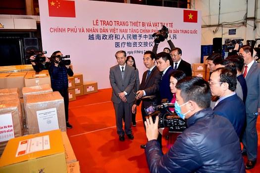 Thứ trưởng Ngoại giao Tô Anh Dũng (cà vạt xanh, ở giữa) đại diện trao hàng viện trợ cho Đại sứ Trung Quốc Hùng Ba (cạnh bên phải ông Tô Anh Dũng) ngày 09/02/2020.