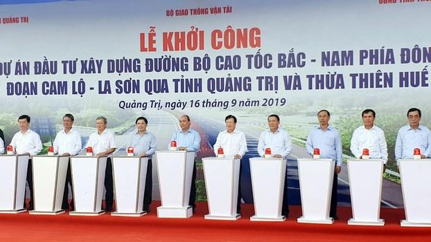 Thủ tướng Nguyễn Xuân Phúc cùng ban lãnh đạo thực hiện nghi lễ khởi công cao tốc Cam Lộ-La Sơn ngày 16/09/19.