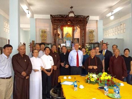 Phó Trợ lý Ngoại trưởng Mỹ Scott Busby (cà vạt đỏ) và phái đoàn ngoại giao Hoa Kỳ gặp gỡ với Hội đồng Liên tôn Việt Nam cùng các nhà hoạt động nhân quyền và tôn giáo tại Việt Nam. Hình chụp ngày 13/5/2019.
