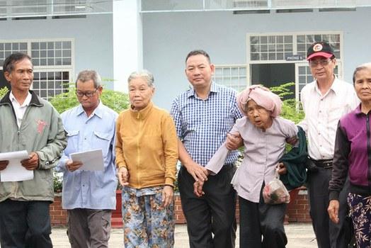 Các nạn nhân trong vụ án oan sai 40 năm sau khi nhận quyết định đình chỉ tại VKS Tây Ninh hôm 04/04/19.