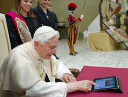 Đức Giáo Hoàng Benedict XVI chuyển lời chúc phúc cho cư dân mạng internet qua tin nhắn đầu tiên trên Twitter vào ngày 12.12.2012. AFP