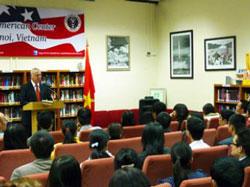 Đại sứ Mỹ Michael Michalak nói chuyện về nhân quyền tại Đại sứ quán Mỹ ở Hà Nội ngày 9/12/10. AFP photo