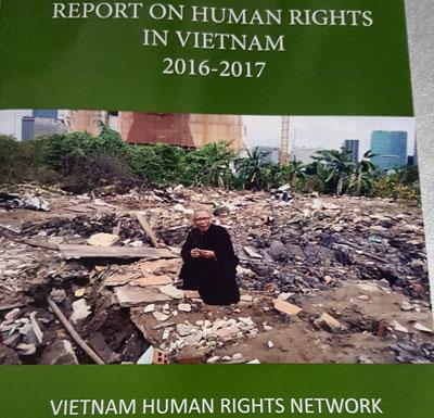 Ấn bản Báo cáo Nhân quyền tại Việt Nam 2016-2017 bằng tiếng Anh.