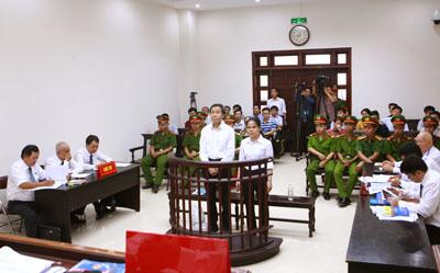 Blogger Basam Nguyễn Hữu Vinh (giữa) và người cộng sự Nguyễn Thị Minh Thuý tại tòa án Hà Nội vào ngày 22 tháng 9 năm 2016.