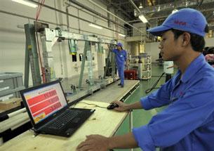 Công nhân kỹ thuật Việt Nam trong 1 công xưởng nước ngoài (ảnh minh họa)
