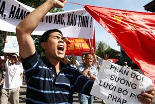 Người dân Việt Nam biểu tình phản đối TQ xâm phạm lãnh hải VN trước Tòa Đại Sứ TQ tại Hà Nội hôm 05/6/2011