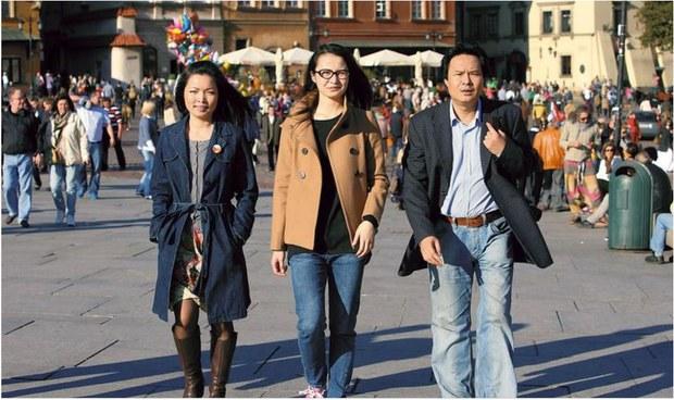 Từ trái qua phải :  Tôn Vân anh, ứng cử viên Hội đồng quận  Śródmieście,  Phan Viên Nga, ứng cử viện Hội đồng quận Ochota, Ngô văn Tưởng, ứng cử viên Hội đồng thành phố Waszawa.