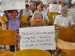 Bà Quả phụ Ngụy Văn Thà hôm Thứ Tư 27-7-2011 được mời dự lễ vinh danh tử sĩ VNCH trận Hoàng Sa 1974 tại Sài Gòn ở câu lạc bộ Phaolô Nguyễn Văn Bình