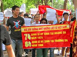 Biểu ngữ tưởng nhớ những người bỏ mình ở Hoàng Sa, Trường Sa trong cuộc biểu tình. (Anh Ba Sàm)
