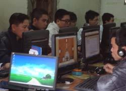 Một cửa hàng dịch vụ internet ở Hà Nội chụp hôm 12/3/2012. RFA photo