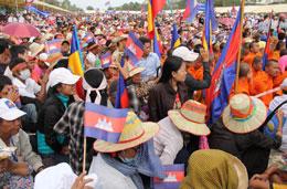 Cộng đồng Khmer Krom ở Campuchia cầm cờ Liên  minh Khmer Kampuchia-Krom tham gia biểu tình với phe đổi lập ngày 23/10/2013. (Photos by: Quốc Việt/RFA)