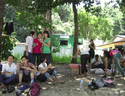 """Công nhân công ty dệt Penang vui chơi ngày """"Family day"""". RFA PHOTO / Tường An."""