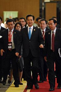 Thủ tướng VN Nguyễn Tấn Dũng (giữa) đi cùng với các thành viên của đoàn đến địa điểm tổ chức lễ bế mạc hội nghị thượng đỉnh ASEAN 24 tại Myanma hôm 11/5/2014. AFP photo