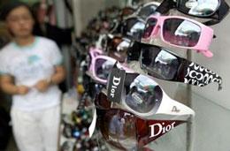 Kính mát giả mạo các thương hiệu nổi tiếng như Coach, Dior đều nguồn gốc từ Trung Quốc với giá vô cùng rẻ.