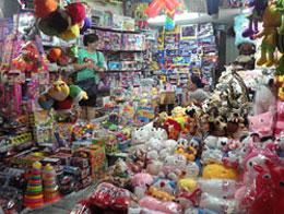 Một cửa hàng ở Hà Nội bán toàn đồ chơi trẻ em nhập từ Trung Quốc. RFA photo