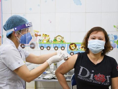 Một phụ nữ được tiêm vắc-xin AstraZeneca tại Bệnh viện Bệnh Nhiệt đới Hải Dương, tỉnh Hải Dương hôm 8/3/2021.
