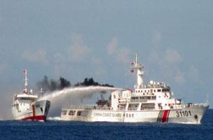 Tàu cảnh sát biển Trung Quốc (phải) sử dụng súng nước tấn công tàu kiểm ngư của Việt Nam trong vùng biển tranh chấp ở Biển Đông hôm 03 tháng 5 năm 2014.