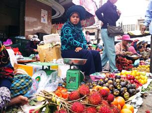 Chợ bán trái cây nhân dịp Tết Nguyên đán tại phố chợ nhỏ thuộc Cầu Sài Gòn, thủ đô Phnom Penh. Quốc Việt RFA