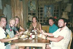 Anh Trần Thiên Ái chụp hồi còn ở trại tỵ nạn Philippines cùng với một số thiện nguyện viên quốc  tế