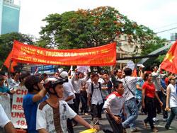 Tại TP.HCM, đoàn biểu tình tuần hành trên tất cả các tuyến đường dẫn đến Lãnh sự quán TQ, lượng người tiếp tục kéo đến chật kín cả đoạn đường, kéo dài từ Nhà Thờ Đức Bà đến Đại sứ quán Mỹ, và càng lúc càng đông hơn. Dan Lam Bao's blog.