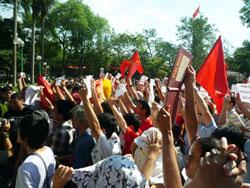 Đến hơn 9 giờ sáng, đoàn người biểu tình quay lại tập trung ở Vườn hoa Lenine đối diện ĐSQ Trung Quốc, nhưng bị lực lượng an ninh, CSCĐ ngăn không cho vào gần, nhưng người tham gia ngày một đông thêm. Kami's blog.