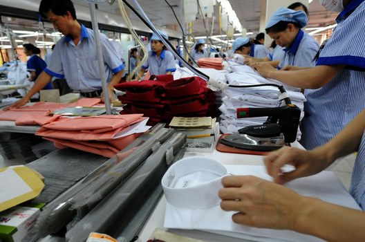 Ảnh minh họa. Công nhân làm việc tại khâu thành phẩm trong một nhà máy dệt may.