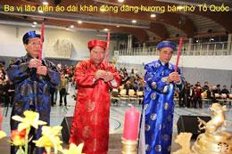 Ba vị lão niên áo dài khăn đóng dâng hương bàn thờ Tổ Quốc. RFA