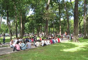 Sáng 19 tháng 6, 2011 ở Saigon, hơn 400 người đã đến ngồi rải rác quanh khu vực nhà thờ Đức Bà. Source Nguoibuongio