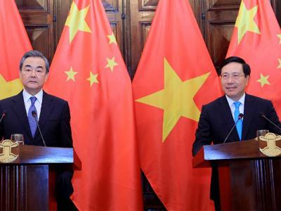 Bộ trưởng Ngoại giao Việt Nam Phạm Bình Minh (phải) và người đồng nhiệm Trung Quốc, Vương Nghị tại Hà Nội ngày 1 tháng 4 năm 2018.
