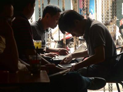 Người dân truy cập internet trong một quán cà phê ở Hà Nội hôm 26/11/2014.