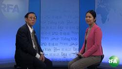 Ông Trần Văn Huỳnh và phóng viên Hòa Ái tại Đài Á Châu Tự Do hôm 12/12/2013. RFA PHOTO.