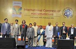 GS. Ngô Bảo Châu (thứ 4 từ trái qua)- Trường Đại học Paris-Sud, Pháp – tại Lễ khai mạc Đại hội Liên đoàn Toán học Quốc tế ở Hyderabad ngày 19/8/2010. AFP