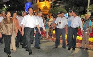 Thủ tướng Nguyễn Tấn Dũng thăm Chợ hoa đường Nguyễn Huệ