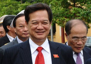 Thủ tướng Nguyễn Tấn Dũng và ông Nguyễn Sinh Hùng (phải) hôm 21-07-2011 tại Hà Nội.