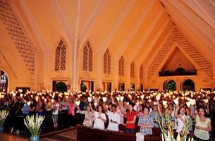 Buổi cầu nguyện đêm 14 tháng 8, 2011 tại nhà thờ DCCT Saigon cho Việt Nam, cho các tôn giáo và đặc biệt cho Đức cha Nguyễn Thái Hợp, mục tử giáo phận Vinh và 10 người Công giáo bị công an bắt giam biệt tích.