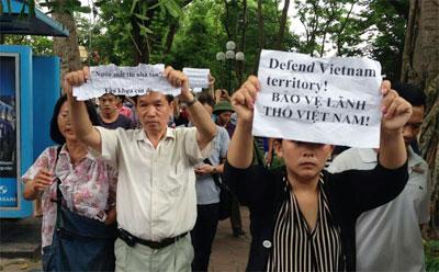 Người biểu tình mang gương cao các biểu ngữ chống Trung Quốc, bảo vệ chủ quyền lãnh thổ quốc gia.