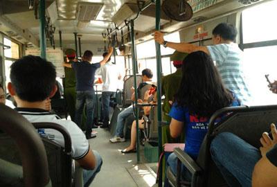 Nhiều người bị công an bắt đưa lên xe buýt chở đi.