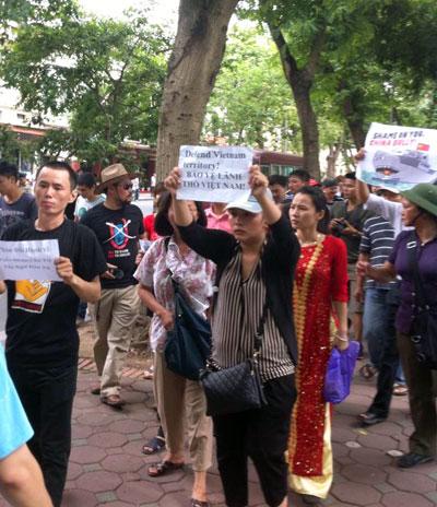 Xuống đường biểu tình chống Trung Quốc ở Hà Nội hôm Chủ nhật 02/06/2013.