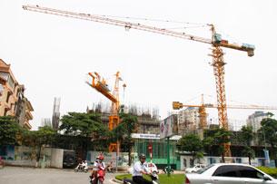 Nhiều công trình xây cất bị chậm lại hoặc ngưng vì hết vốn. RFA