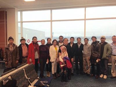 Nhóm 39 người Việt cư trú bất hợp pháp tại Thái Lan hơn hai thập niên tại phi trường quốc tế Vancouver của Canada, ngày 25/11/2014. Courtesy VOICE Canada.