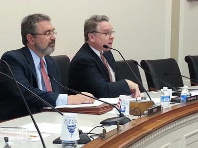Dân biểu Chris Smith (bên phải) thuộc nhóm Vietnam Caucus chủ tọa buổi điều trần. RFA