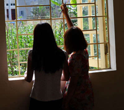 Hai bé gái là nạn nhân buôn người được giải cứu ở Lào Cai hôm 9/5/2014.