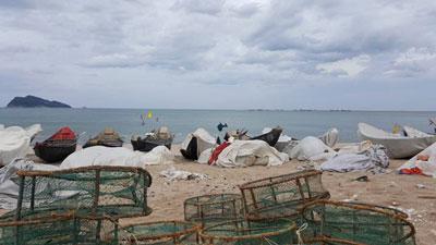 Ghe thuyền phủ bạt, nằm bờ không ra khơi do biển bị nhiễm độc tại thôn Đông Yên, xã Kỳ Lợi, Kỳ Anh, Hà Tĩnh ngày 21.8.2016. RFA photo.