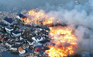 Động đất gây cháy lan rộng ở thành phố Natori, tỉnh Miyagi , đồng thời làm nổ nhà máy điện hạt nhân Fukushima hồi tháng 03/2011. AFP PHOTO.