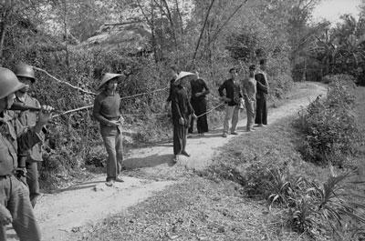 Những người lính bị bắt làm tù binh trong chiến tranh Việt Nam. Ảnh chụp tại một làng, tháng 3/1965.