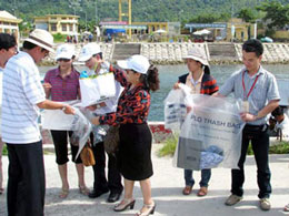 Phát túi nylon tự hủy cho du khách lên đảo Cù Lao Chàm, Hội An, ảnh chụp trước đây.