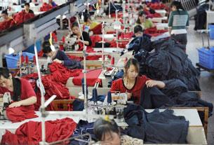 Công nhân trong xưởng may quần áo xuất khẩu. AFP